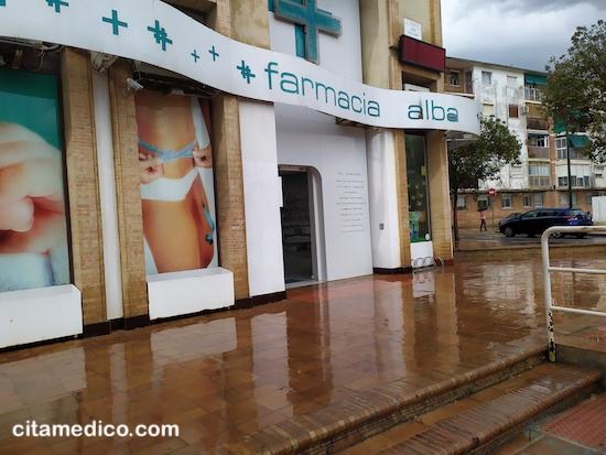 Farmacia Alba en Portada Alta, junto al Centro de Salud